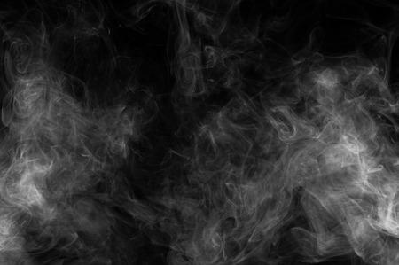 抽象煙が黒の背景に移動します。