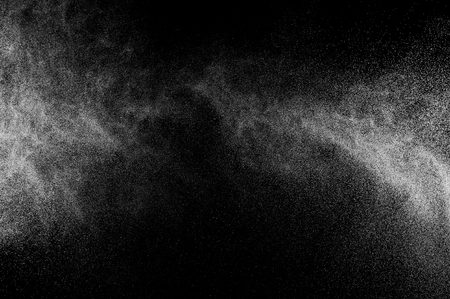 agua splash: salpicaduras abstractas de agua sobre un fondo negro