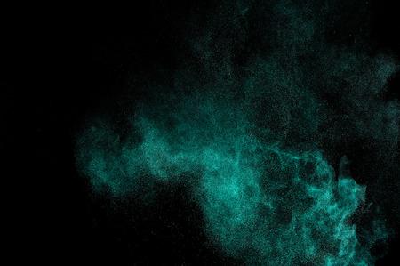 アクアマリン ペイント ホーリーを抽象化します。黒い背景に抽象的なアクアマリン粉塵爆発。