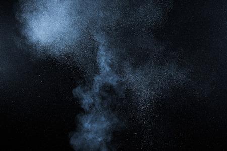 黒い背景に抽象的な白い粉の爆発