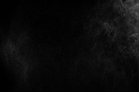 黒の背景に水の抽象的な水しぶき