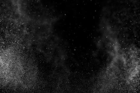 kropla deszczu: abstrakcyjne plamy wody na czarnym tle. streszczenie strumienia wody. Abstrakcyjny deszcz. krople wody pod prysznicem. abstrakcyjne tekstury.