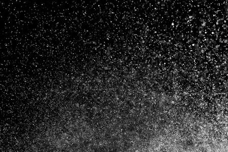 黒の背景に水の抽象的な水しぶき。水の抽象的なスプレー。抽象的な雨。シャワー水を削除します。抽象的なテクスチャです。