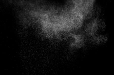 fondo blanco y negro: abstracto blanco explosi�n de polvo sobre un fondo negro Foto de archivo
