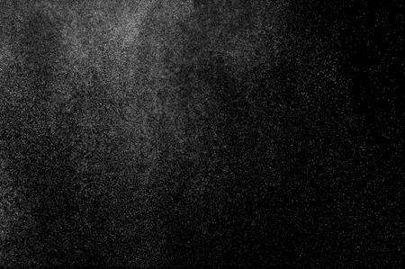 黒の背景に水の抽象的な水しぶき。牛乳のスプラッシュ。水の抽象的なスプレー。抽象的な雨。シャワー水を削除します。 白い粉塵爆発。抽象的な