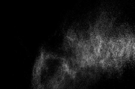 spray: salpicaduras abstractas de agua sobre un fondo negro. aerosol abstracta de agua. lluvia abstracto. agua de la ducha cae. textura abstracta.