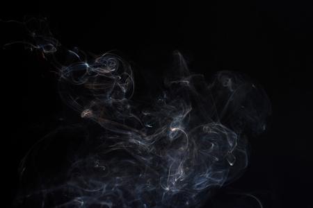 검은 색 바탕에 연기의 움직임을 고정시킵니다. 추상 vape 구름입니다. 스톡 콘텐츠