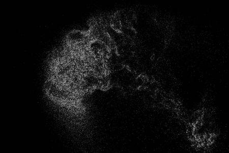 Struttura granulosa bianca isolata su cenni storici neri. Sovrapposizione di polvere. Granuli di rumore di colore chiaro. Elementi di vettore di neve. Immagine generata digitalmente. Illustrazione, Eps 10.