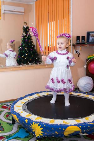 brincolin: Un ni�o salta en un trampol�n en traje de A�o Nuevo