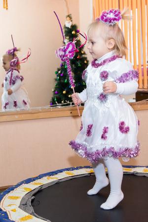 brincolin: Un niño salta en un trampolín en traje de Año Nuevo