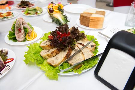pastel de carne: aperitivo pastel de carne con setas, decorado con lechuga y pimientos