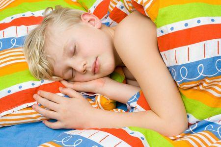 enfant qui dort: Dormir sur le lit enfant
