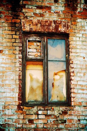 ventana rota: Vieja ventana rota en la pared de ladrillo