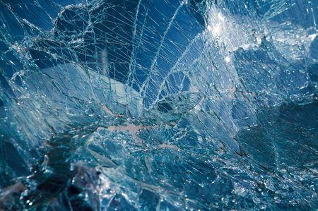 broken car: Close-up al coche roto el parabrisas. Matiz azul Foto de archivo