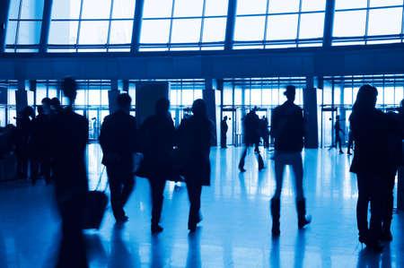 exhibition crowd: Ingresso edificio moderno e le persone sagome. Tinta blu