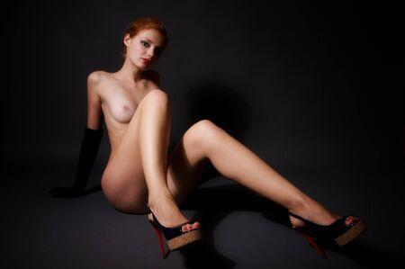 mujer desnuda sentada: Joven y bella mujer desnuda sentada en el suelo
