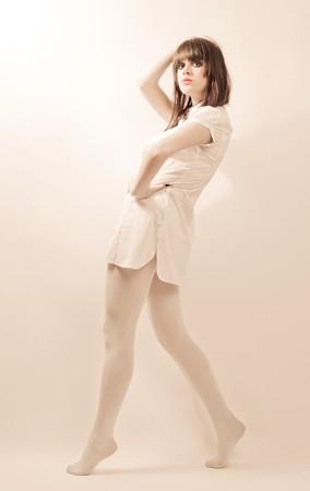 stage makeup: Giovani e belle donne in collant bianco con fase trucco, colori morbidi