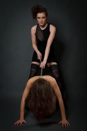 Junge schöne Frauen spielen im slave Standard-Bild
