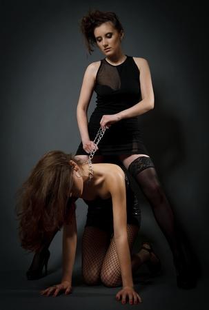 lesbienne: Jeunes de belles femmes jouant en esclave