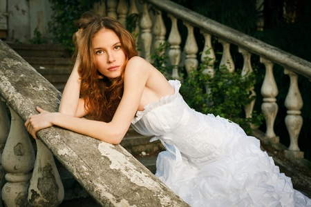 traje de gala: Novia posando en las escaleras del viejo abandon� la casa