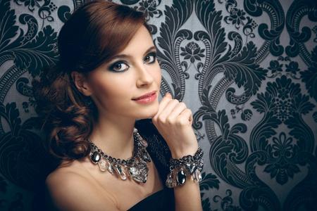 collares: Retrato de mujer joven y bonita con abalorios y pulseras
