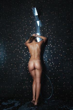 donna nudo: Belle giovani donne in piedi presso la doccia