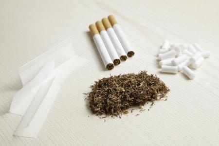tabaco: Los tipos de tabaco, cigarrillos y tabaco rodante, adicción peligrosa Foto de archivo