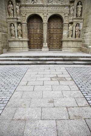 raperos: Puerta de la iglesia g�tica, detalle de la iglesia cristiana antigua, monumento religioso, el turismo urbano