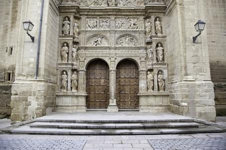 raperos: Fachada de la antigua iglesia medieval, detalle de una puerta de madera y esculturas g�ticas, City Tours