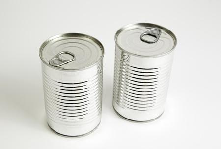 conservacion alimentos: Dos latas cerradas, detalle de una conservera cerrado, preparaci�n de alimentos, conservaci�n de alimentos, metal Foto de archivo