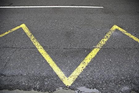 Carretera de asfalto con signos, detalle de una carretera con se�ales de prohibici�n, transporte Foto de archivo - 19968611