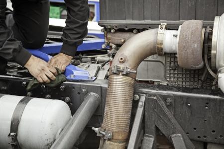 industrial mechanics: Mec�nico de Cami�n, detalle de un mec�nico profesional, reparaci�n de motores