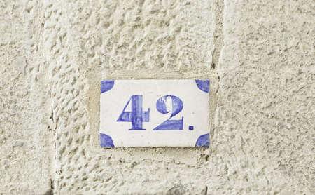 번호 42 번, 집 번호 벽에있는 많은 정보의 세부 사항