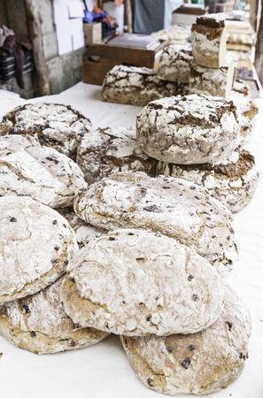 bread shop: Artisan negozio di pane per strada, dettaglio di un mercato con pane tradizionale, classico vita alimentare