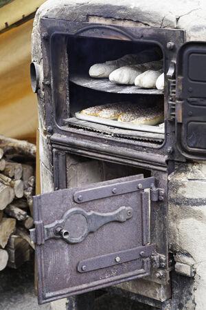 ancient tradition: Horno de pan antiguo, detalle de pan hecho a mano?? En la calle, la tradici�n antigua, la comida y la vida cotidiana san Foto de archivo