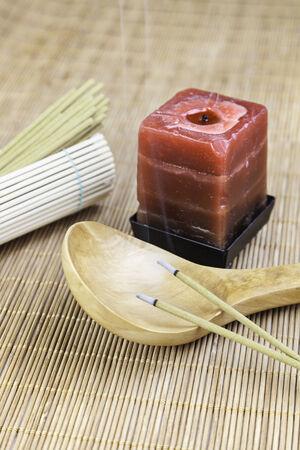 Vela roja con bamb� y incienso, detalle de decoracion de spa, relajacion y aroma, cultura oriental