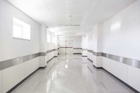 Deep ziekenhuis corridor, detail van een witte gang in een ziekenhuis, de architectuur en de gezondheid Stockfoto