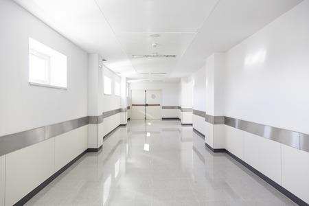 Głębokie korytarz szpitala, szczegóły białym korytarzu w szpitalu, architektury i ochrony zdrowia