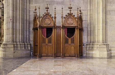 カトリック教会内のロマネスク様式の教会細部の告白
