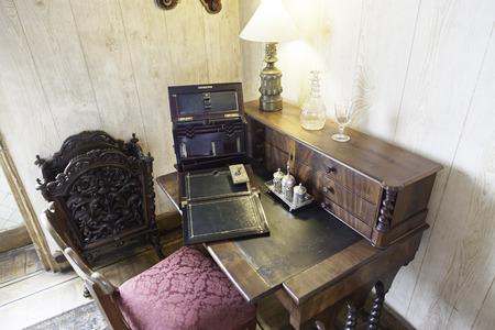 Vieux bois bureau avec ordinateur portable et tasse de café stock