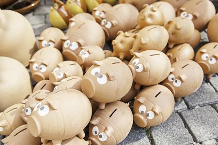 gordos: Cerdos hucha de cer�mica, detalle de un objeto de ahorrar dinero, ahorrar