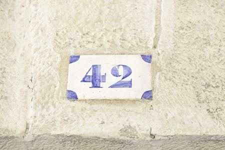 집의 벽에 번호 42, 정보의 숫자의 세부 사항, 심지어 짝수