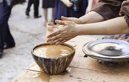 ancient tradition: Alfarero artesano, trabajador detalle alcance manual, dar forma a la arcilla, la antigua tradici�n