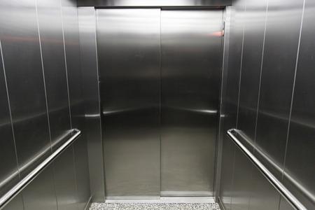 승강기: 금속 엘리베이터의 인테리어, 현대적인 스테인레스 스틸 엘리베이터의 세부 기술 스톡 사진