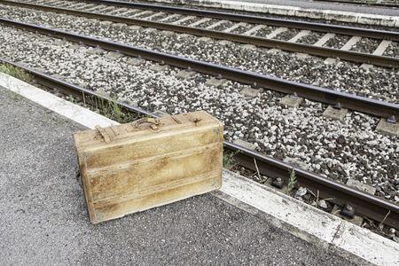 tronco: Maleta vieja en una estaci�n de tren, detalle de una maleta de la vendimia para el recorrido