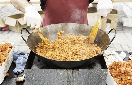 carnes rojas: Cocinar la carne picada, detalle de un cocinero que prepara la carne roja Foto de archivo