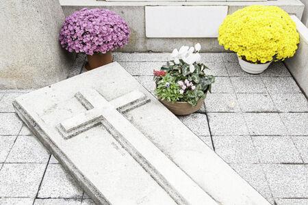 day of the dead: Graves con flores, detalle de un viejo cementerio, la muerte y la religi�n