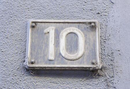 number ten: N�mero diez en la pared de una casa, detalle de un n�mero de informaci�n, incluso n�mero