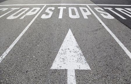Stopbord op asfalt, detail van een verkeerslicht Stockfoto