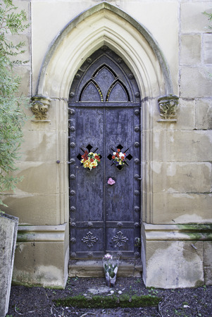 edificación: Vieja puerta de un pante�n funerario, detalle de la edificaci�n por muerto, cementerio